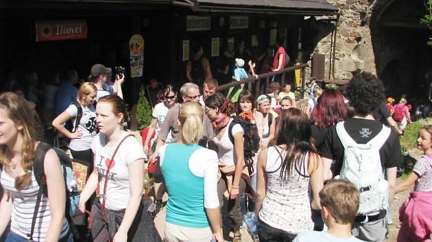 Pochod přes tři hrady dokázal, že turistika je český fenomén