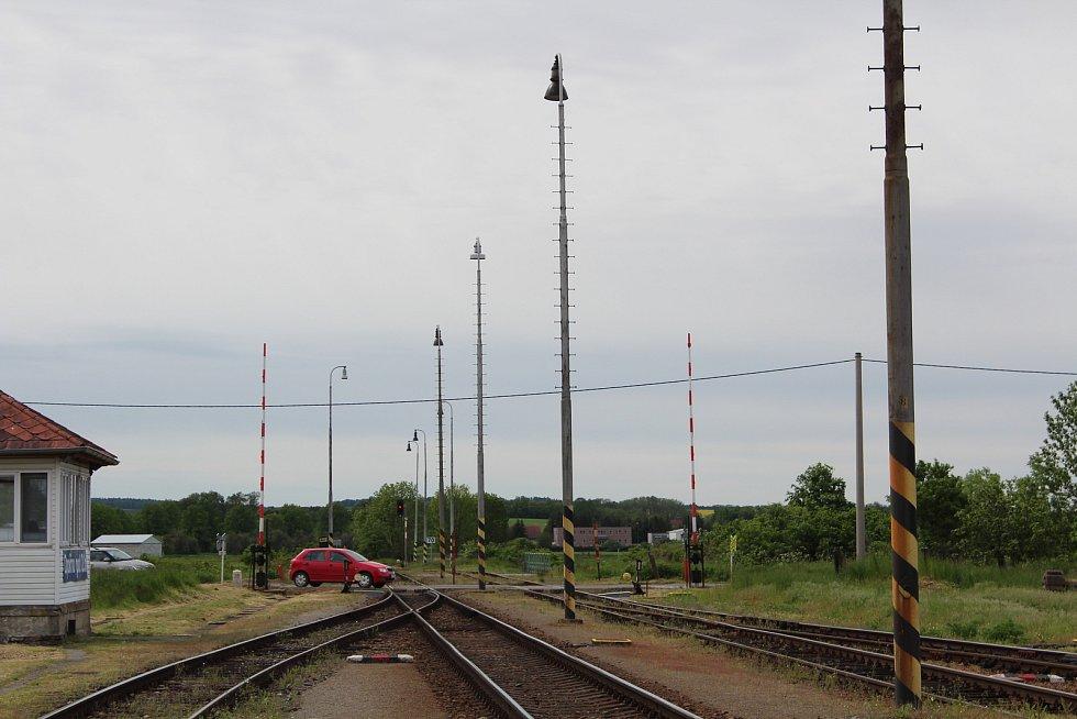 Pohled na přejezd od nádraží.
