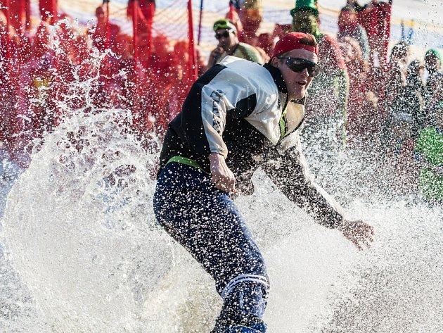 Rampušákova vana v rámci zimní slavnosti jakožto loučení se zimou na sjezdovce v Deštném v Orlických horách.