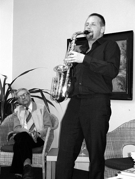JOSEF PEPSON SNĚTIVÝ (s klarinetem) a Miloň Čepelka během jednoho z jejich společných vystoupení. V letošním roce  spolu absolvovali již čtyři, naposledy včera ve Slavičíně.