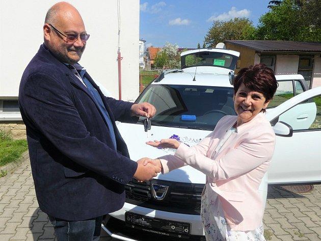 Dobrušská pečovatelská služba rozšířila svůj vozový park.