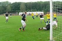 Dobrušský Lukáš Gerža střílí třetí gól do sítě Bílé Třemešné, gólman Lukáš Zlatník byl bezmocný.