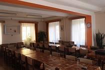 """DO NOVÉHO se v Klubu seniorů Pohoda """"oblékla"""" také společenská místnost. V novotou vonících prostorách se již uskutečnilo zasedání seniorského výboru."""