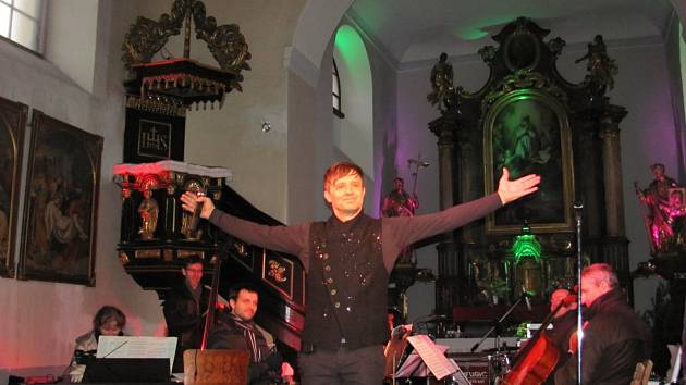 Petr Kotvald zazpíval v Týništi nad Orlicí.