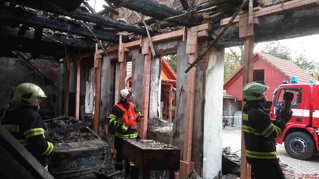 Požár dílny hasiče zaměstnal na celý den.