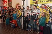SLAVNOSTNÍ VYHLÁŠENÍ. Nejlepší dvojice letošního seriálu mistrovství ČR v motoskijöringu.