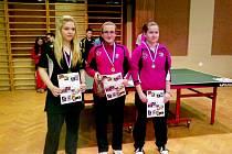 NEJLEPŠÍ tři dorostenky (zleva) druhá Lucie Drábková, vítězná Aneta Doucková a třetí Monika Rozínková