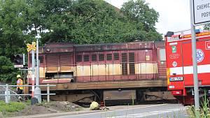 Dopravu na hlavním tahu Rychnově uzavřela srážka kamionu s vlakem