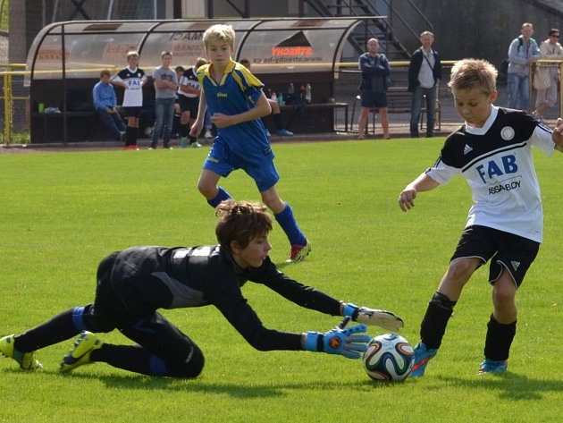 Utkání Krajské soutěže starších žáků Rychnova (v bílém) a Velkého Poříčí skončilo bez gólů a v penaltách uspěli hosté.