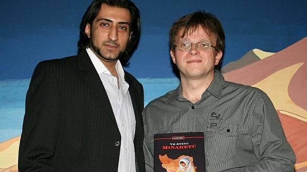 Autor cestopisu Ve stínu minaretů Martin Lejsal (vpravo) s kmotrem knihy Alim Amirim, íránským rodákem, finalistou zpěvácké soutěže SuperStar.