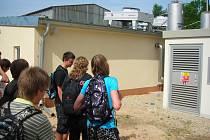 Žáci 2. ročníku VOŠ, SOŠ a SOU Kostelec nad Orlicí měli možnost vidět na vlastní oči přeměnu biologicky rozložitelných materiálů na bioplyn, který je následně transformován v kogenerační jednotce na elektrickou energii a teplo.