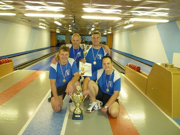 MISTŘI REPUBLIKY. Neregistrovaní kuželkáři Škoda Auto Kvasiny (zleva) Ladislav Urbánek, Lubomír Šípek, Milan Dusbaba a Lukáš Hartman s vítěznou trofejí