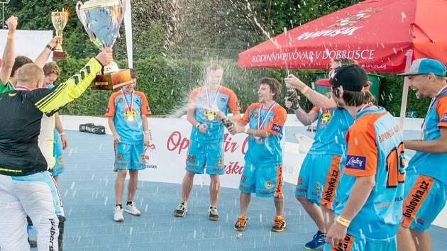 Radost hráčů vítězného týmu Špindl Ubals.