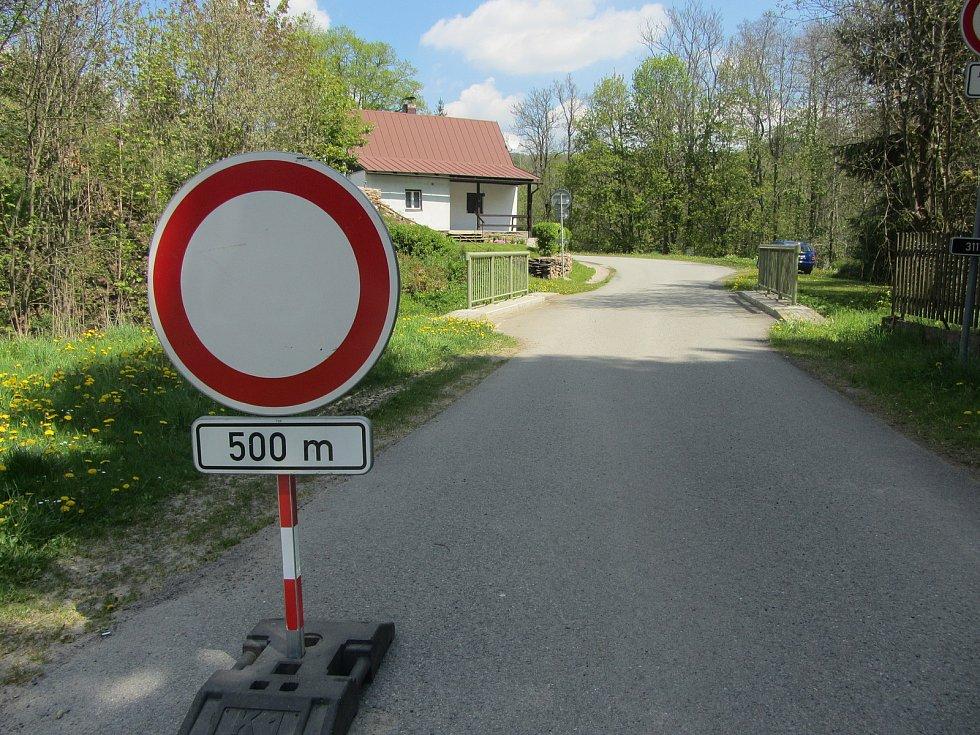 Cesta k hraničnímu přechodu v Bartošovicích v Orlických horách.