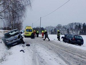 Dopravní nehoda osobního automobilu a dodávky u obce Tutleky.