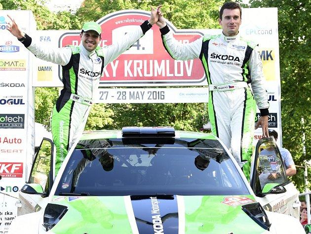 VÍTĚZNÁ POSÁDKA. Jan Kopecký (vpravo) a Pavel Dresler se radují z triumfu na Rallye Český Krumlov.