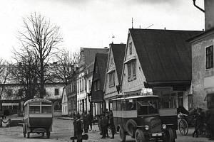 Pohled od jihovýchodu směrem na zámek, z rokytnického náměstí. Fotografie pochází z roku 1926.