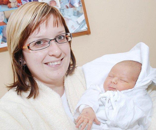 VÁCLAV KONEČNÝ je první radostí pro rodiče Věru Pinkasovou a Jana Konečného z Opočna. Svět spatřil 17. ledna ve 13.08 hodin, kdy vážil 3,7 kg a měřil 51 cm. Tatínek to u porodu zvládl na jedničku.