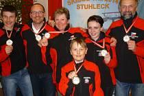 Galerie mistrů světa. Členové Skibob klubu Dobruška se zlatými medailemi ze světového šampionátu v Rakousku.