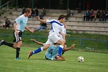 STŘELEC. Gól Jana Švandrlíka (v bílém na snímku z derby s Častolovicemi) zajistil Kostelci dělbu bodů s Roudnicí.