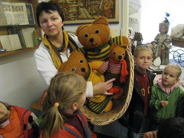 Děti z Mateřské školy Sluníčko věnovaly pletené medvídky  rychnovskému Muzeu hraček.