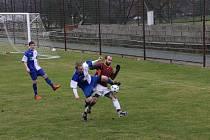 Opočenský tvůrce hry Lukáš Reichl (vpravo) bojuje o míč s Alešem Kupkou z Českého Meziříčí.
