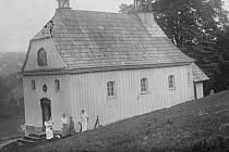 Kaple blahoslavenné Panny Marie byla postavena roku 1809 na poutním místě v Deštném v Orlických horách. Fotografie pochází z roku 1918.