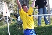 Střelec vedoucí přepyšské branky do sítě Černilova Roman Havel oslavuje dosažení gólu u rohového praporku.