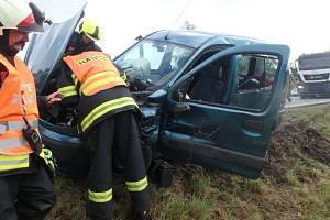 Při srážce nákladního auta s osobním se zranil jeden člověk