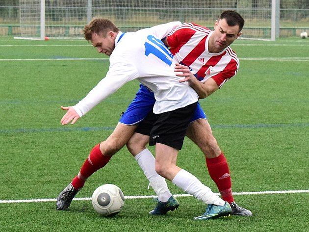 KDO S KOHO? Dobrušský střelec Jakub Mikušík (v bílém dresu) bojuje o míč s Janem Holubem z Jaroměře.