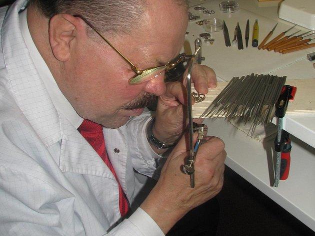 HODINÁŘSKÝ MISTR ARMIN STROM, který se zapsal do Guinessovi knihy rekordů skeletonizací nejmenšího mechanického strojku dámských hodinek, přijel do Rychnova, kde vyrábí sérii hodinek přímo se znakem města.