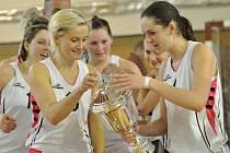 POHÁR ZŮSTAL DOMA. Hráčky SK Týniště nad Orlicí triumfovaly ve Final Four Východočeské basketbalové ligy.