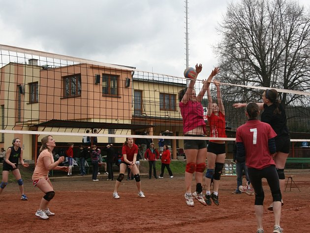 TRADIČNÍ KLÁNÍ. Již po čtyřiačtyřicáté se o víkendu sjedou do Čestic volejbalisté, aby v několika kategoriích bojovali o tradiční ceny z vepřových specialit.