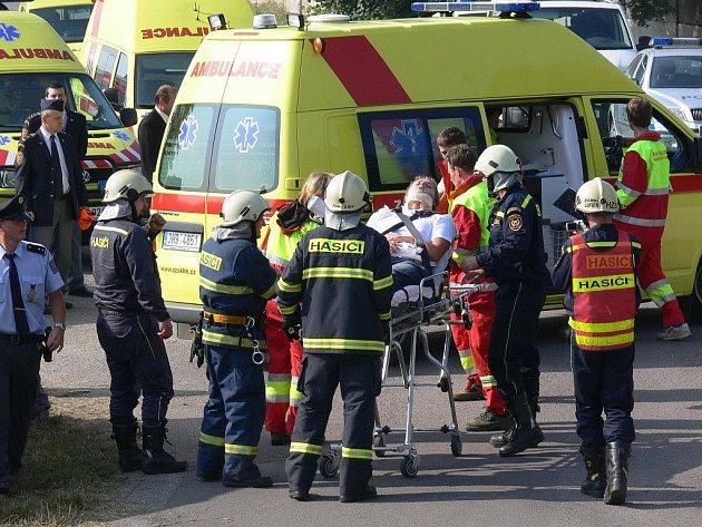 Taktické cvičení složek Integrovaného záchranného systému Rychnovska a Náchodska v Českém Meziříčí, jehož námětem byla nehoda vlaku s autobusem.