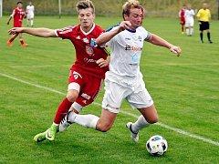 Fotbalisté FK Kostelec nad Orlicí (na snímku vpravo Kamil Kaplan v duelu s Novým Bydžovem) přivítají v sobotním utkání čtvrtého kola krajského přeboru tým Vysoké nad Labem.