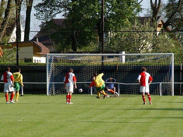 Josef Vašata z SK Týniště skóruje z penalty v divizním utkání s FC Velim.