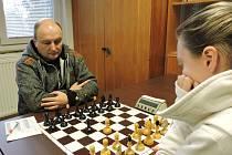 V soutěžích šachistů běžně bojují muži proti ženám. V partii ze zápasu Jiskra Jaroměř A – Region Panda Rychnov B hostující Slawomir Machlowski porazil Kateřinu Vlčkovou.