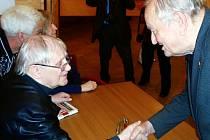 S nerozlučným Šlitrovým partnerem Jiřím Suchým si potřásl rukou rychnovský  filmař Jaroslav Doleček.