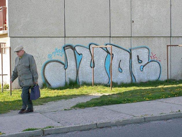 NĚKOLIKAMETROVÝ NÁPIS  na sídlišti Mírová.