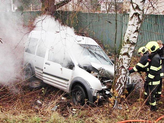 V Týništi nad Orlicí narazilo do stromu auto. Začal mu hořet motor.