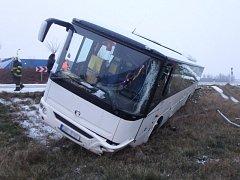 Na kruhovém objezdu havaroval autobus.
