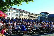 Při  letním nedělním muzicírování se  většinou zaplní celé  náměstí F. L. Věka.  Letos akce začne 28. června.