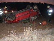 Při jízdě na silnici číslo I/14 ve směru na Lupenici vyjel v úterý ráno před sedmou hodinou z vozovky osobní automobil a převrátil se na střechu. Došlo ke zranění jedné osoby, která byla ošetřena záchrannou zdravotnickou službou.