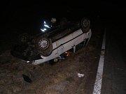 Vamberk směr Záměl: dopravní nehoda osobního vozidla, které skončilo v příkopě na střeše. Jedna osoba byla zraněna.