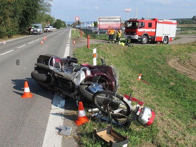 Střet jezdce na elektrokole s řidičem hondy skončil pro sedmaosmdesátiletého muže na elektrokole bohužel tragicky. Na místě zraněním podlehl..