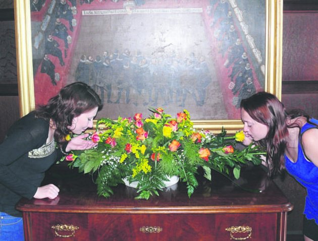 Prvními návštěvníky Svátků s růží se ještě před provozní dobou stali zaměstnanci zámku. Možnosti zhlédnutí finální podobu oživených expozic neodolaly ani průvodkyně Denisa Kratochvílová (vlevo) a Daniela Rydlová (vpravo).