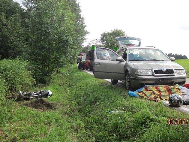 Motocyklista utrpěl fatální zranění hlavy a tomu na místě podlehl.