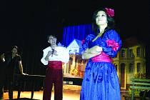 PŘI ZKOUŠENÍ A HRANÍ Vánoc s muzikálem se každoročně sejde celý ochotnický soubor. Dohromady má kolem dvaceti členů. Divadlo Kodym hraje i normální inscenace, které jsou povětšinou doplněny písněmi. Na jarmarku vystupuje zase s loutkovým divadlem.