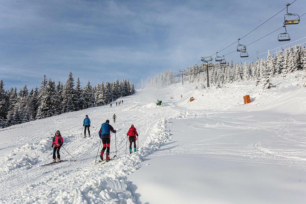 Skialpinisté v Krkonoších a Orlických horách.