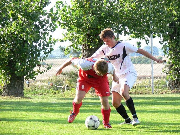 PODZIMNÍ DUEL Přepychy – Ohnišov skončil 1:1. Na snímku o míč bojují domácí Vladimír Jelen (vpravo) a Jiří Dobýval